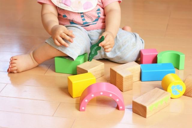 子供がおもちゃで遊んでいる