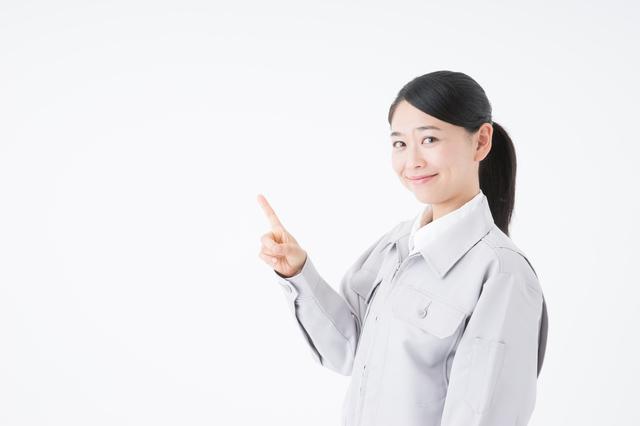 遺品整理業者の選び方を伝える女性
